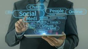 Uomo di affari che indica sul cuscinetto sociale della compressa di concetto della rete di media video d archivio