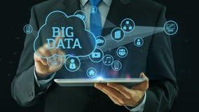 Uomo di affari che indica sul grande nero del cuscinetto della compressa di concetto di media di dati video d archivio