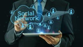 Uomo di affari che indica sul nero del cuscinetto della compressa di concetto della rete sociale archivi video
