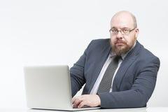 Uomo di affari che lavora ad un computer Fotografia Stock Libera da Diritti