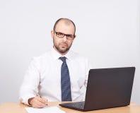 Uomo di affari che lavora ad un computer Fotografia Stock