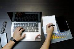 Uomo di affari che lavora ad un computer portatile immagini stock libere da diritti