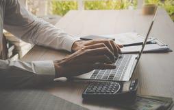 Uomo di affari che lavora al calcolatore del computer portatile Fotografie Stock