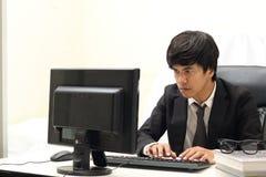 Uomo di affari che lavora al computer, fondo bianco Immagini Stock Libere da Diritti