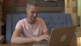 Uomo di affari che lavora al computer portatile video d archivio