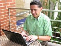 Uomo di affari che lavora al computer portatile Fotografia Stock Libera da Diritti