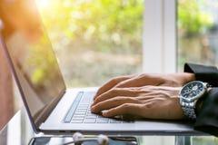 Uomo di affari che lavora al computer portatile, fine su delle mani dell'uomo di affari, concetto di affari Immagini Stock