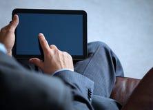 Uomo di affari che lavora al ridurre in pani digitale Immagine Stock