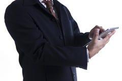 Uomo di affari che lavora al ridurre in pani digitale Immagini Stock