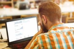 Uomo di affari che lavora al suo computer portatile Fotografia Stock Libera da Diritti