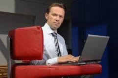 Uomo di affari che lavora con il computer portatile immagini stock