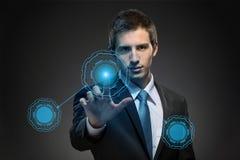 Uomo di affari che lavora con la tecnologia virtuale moderna Fotografia Stock