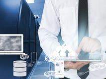 Uomo di affari che lavora nel centro dati con il dispositivo della compressa Fotografia Stock