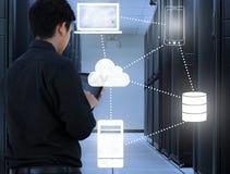 Uomo di affari che lavora nel centro dati con tecnologia della nuvola Fotografia Stock