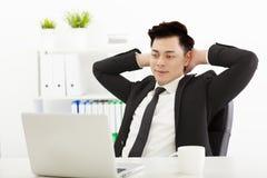Uomo di affari che lavora nell'ufficio Fotografia Stock Libera da Diritti