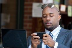 Uomo di affari che lavora senza fili Fotografie Stock Libere da Diritti