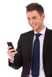Uomo di affari che legge uno SMS Fotografie Stock