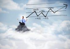 Uomo di affari che medita su picco di montagna con il grafico della freccia Fotografia Stock Libera da Diritti