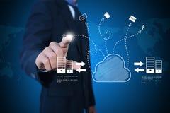 Uomo di affari che mostra concetto di computazione della nuvola Fotografia Stock Libera da Diritti