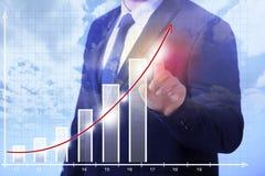 Uomo di affari che mostra crescita Immagini Stock