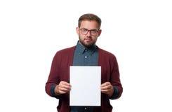 Uomo di affari che mostra il segno vuoto della carta di carta immagini stock libere da diritti
