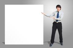 Uomo di affari che mostra insegna in bianco fotografie stock