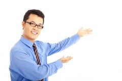 Uomo di affari che mostra qualcosa Immagini Stock