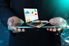 Uomo di affari che mostra rapporto finanziario in computer portatile Fotografie Stock Libere da Diritti