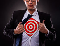 Uomo di affari che mostra un obiettivo sotto la sua camicia Immagini Stock Libere da Diritti