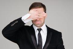 Uomo di affari che non rende al vedere gesto diabolico Coverin dell'uomo d'affari Immagini Stock Libere da Diritti