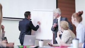 Uomo di affari che parla sul seminario stock footage