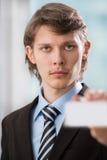 Uomo di affari che passa un biglietto da visita in bianco Fotografie Stock