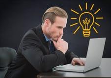 Uomo di affari che pensa al computer portatile contro il fondo della marina con la lampadina gialla Fotografie Stock