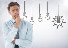 Uomo di affari che pensa contro i grafici della lampadina ed il fondo bianco con il chiarore Fotografia Stock