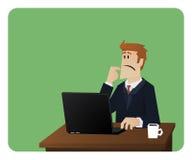 Uomo di affari che pensa dietro lo scrittorio del computer Immagine Stock Libera da Diritti