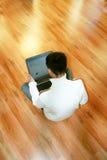 Uomo di affari che per mezzo del computer portatile Immagine Stock Libera da Diritti