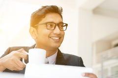 Uomo di affari che per mezzo del pc della compressa al caffè Fotografia Stock Libera da Diritti