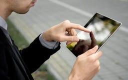 Uomo di affari che per mezzo del ridurre in pani dello schermo di tocco Immagine Stock Libera da Diritti