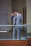 Uomo di affari che per mezzo del telefono Fotografia Stock Libera da Diritti