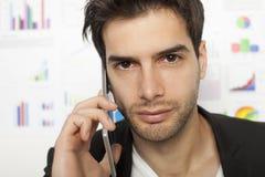 Uomo di affari che per mezzo dello Smart Phone Fotografia Stock