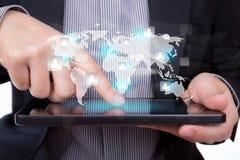 Uomo di affari che per mezzo di un dispositivo del touch screen Fotografia Stock Libera da Diritti