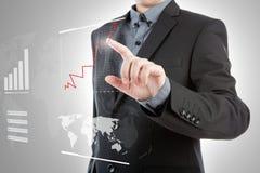 Uomo di affari che preme grafico alta tecnologia. Immagine Stock