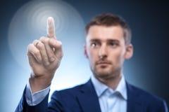 Uomo di affari che preme il bottone dello schermo attivabile al tatto Fotografia Stock Libera da Diritti