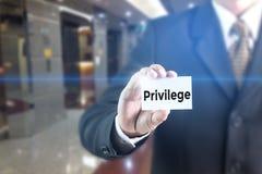 Uomo di affari che preme parola di privilegio della mano sullo schermo virtuale Fotografia Stock