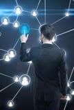 Uomo di affari che preme un tasto sociale della rete Immagini Stock