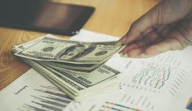 Uomo di affari che prende soldi dal concetto finanziario di affari Fotografia Stock