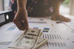 Uomo di affari che prende soldi dall'affare finanziario Fotografia Stock