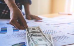 Uomo di affari che prende soldi dall'affare finanziario Fotografia Stock Libera da Diritti