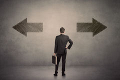 Uomo di affari che prende una decisione mentre stando davanti a due gr Fotografia Stock