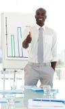 Uomo di affari che presenta e che è positivo Immagini Stock Libere da Diritti